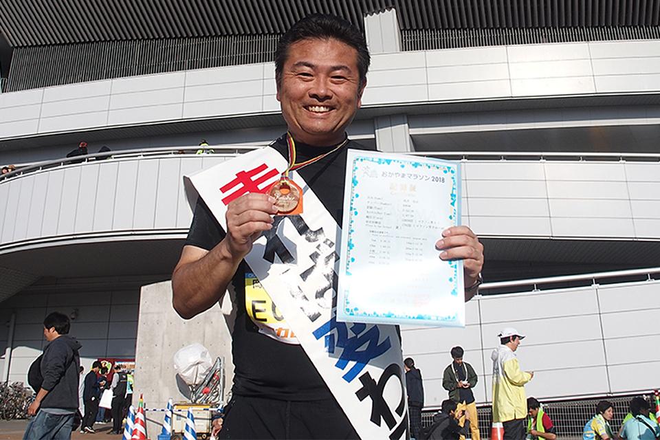 岡山マラソン完走後に岡山県総合グラウンド陸上競技場をバックに記念撮影