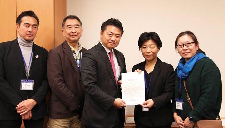 全国学童保育連絡協議会の皆さんが厚生労働大臣と文部科学大臣宛の「要望書」を持って来てくださいました