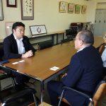岡山市の菅野教育長、安田教育次長を訪問し、小学校のエアコン導入についての計画を伺いました。