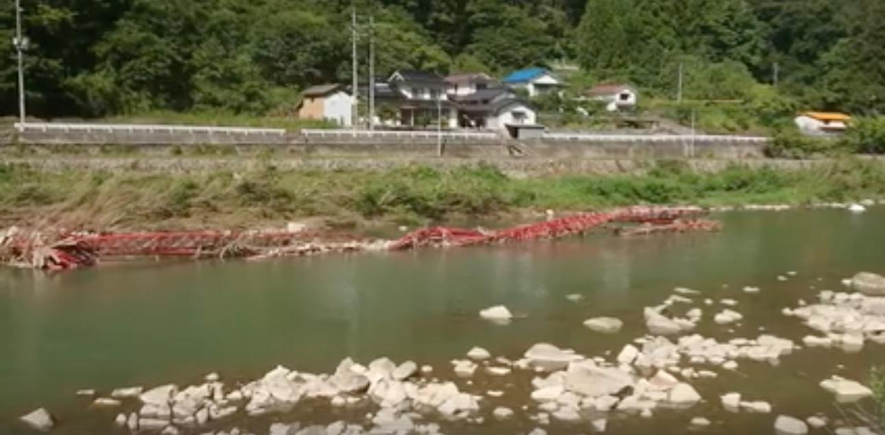 高梁市川上町に来ています。成羽川の橋が壊れてこんなに流されています。