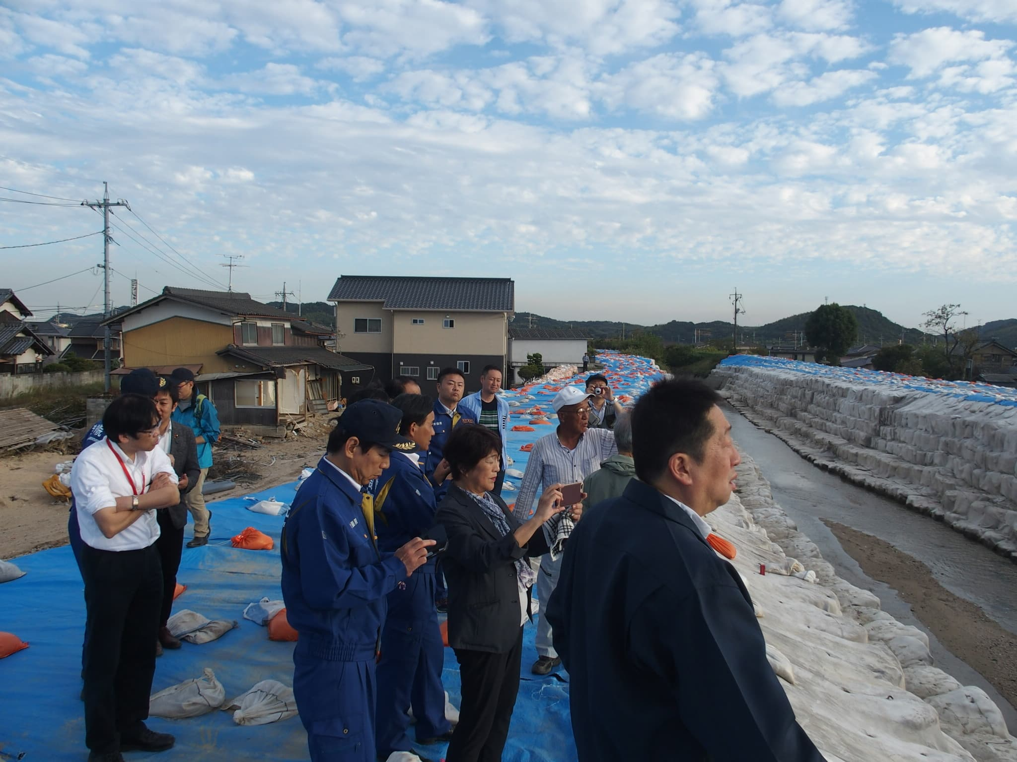 小田川の支流「末政川」の決壊現場を視察し、すぐ近くにお住いの方から決壊した瞬間の生々しいお話を伺いました。