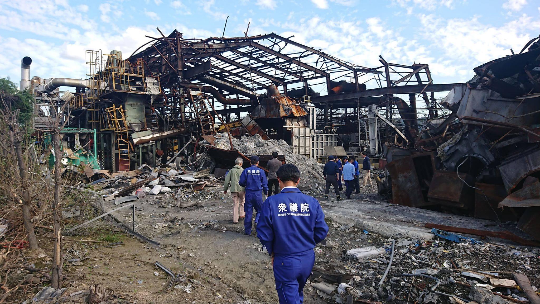 爆発したアルミ工場の現場と、その爆発と小田川決壊による洪水で二重の被害を受けた総社市下原地区を訪ねました。