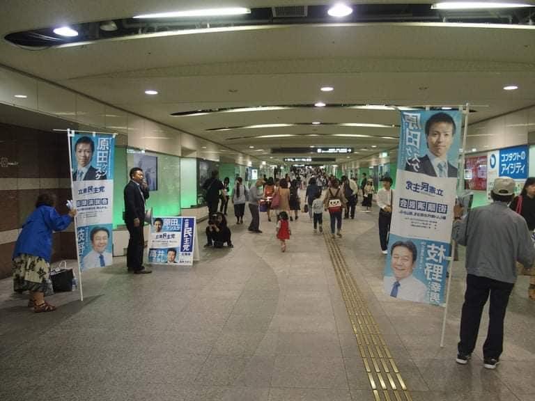 岡山駅とイオンモール岡山を結ぶ地下道(市道)で、ボランティアの方々と一緒に、新しくできたハラケンチラシを配りました。